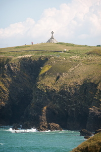 Cliff cross: A cross monument on a cliff on the coast of Cornwall, England.