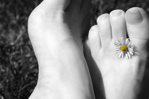 feet with daisy