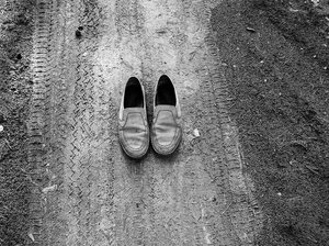 Traces / Old shoes on the path