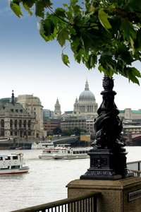 River Thames & St Pauls: View across the Thames from the southbank towards St Paul's Cathedral, London, Egland