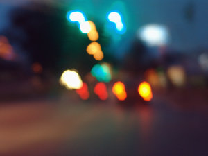 > night light 3: luzes de carros e postes a noitelight of cars in the night