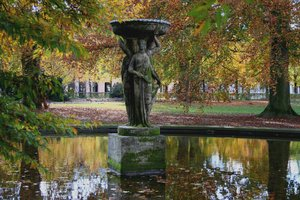 fountain in autumn