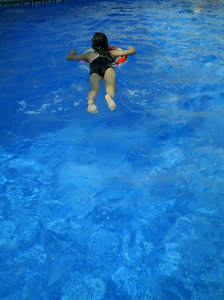 Swimming girl: Girl swimming in the swimming pool.