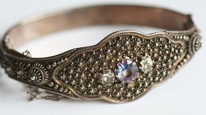 Old bracelet: A picture of my great grandma's bracelet. A family jewel.