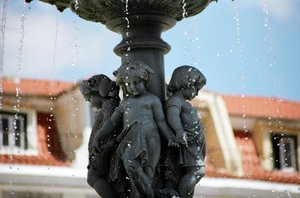 Fountain: Aclose up picture of a fountain in the centre of Lisboa