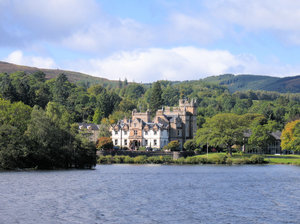 idyllic house at loch lomond
