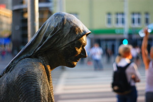 anonymous passerby: The Monument of an Anonymous Passerby in Wrocław, Poland.